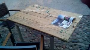 Tavoli di pallet presso il Cafe de Belgrado (5)