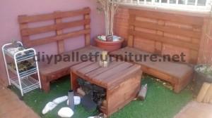 Divano e tavolo per la terrazza realizzata con pallet