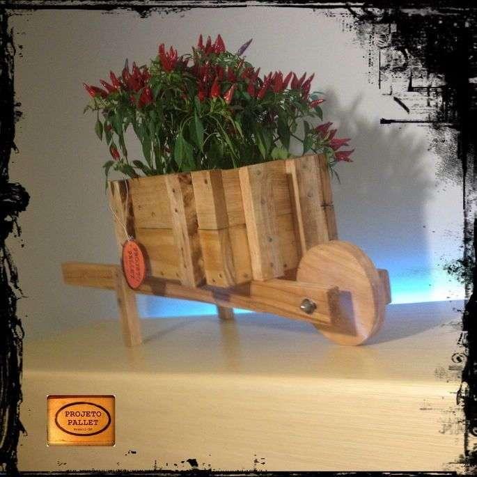 Fioriera con una carriola fatta di palletmobili con pallet mobili con pallet - Carriola in legno da giardino ...
