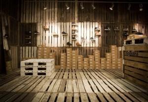 Il marchio di calzature Clae decora i loro negozi con i pallet riciclati 2