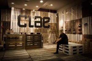 Il marchio di calzature Clae decora i loro negozi con i pallet riciclati