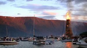 In una città norvegese una grande torre con i pallet -è stato creato per bruciarlo