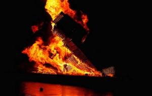 In una città norvegese una grande torre con i pallet -è stato creato per bruciarlo6
