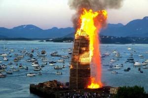 In una città norvegese una grande torre con i pallet -è stato creato per bruciarlo7