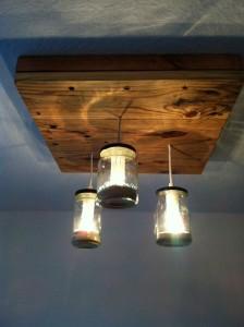 Lampada realizzata con pallet e barattoli di vetro 2