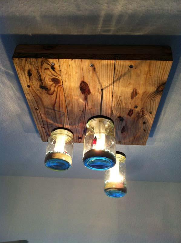 Lampada realizzata con pallet e barattoli di vetromobili - Lamparas con palets ...