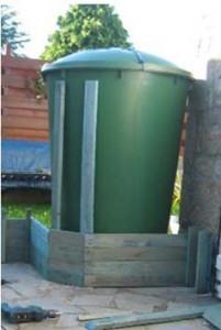 Planter fatta di pallet per nascondere un serbatoio d'acqua con piante rampicanti 2