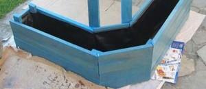 Planter fatta di pallet per nascondere un serbatoio d'acqua con piante rampicanti 4