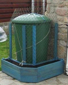 Planter fatta di pallet per nascondere un serbatoio d'acqua con piante rampicanti 5