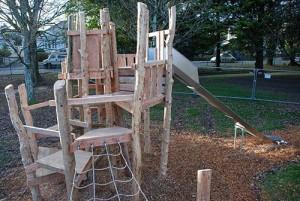 Playground fatto di tronchi di albero e legno riciclato 2