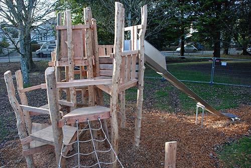 Parco giochi fatto di tronchi di albero e legno riciclatomobili con pallet mobili con pallet - Mobili con legno riciclato ...