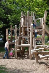 Playground fatto di tronchi di albero e legno riciclato 3