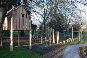 Playground fatto di tronchi di albero e legno riciclato