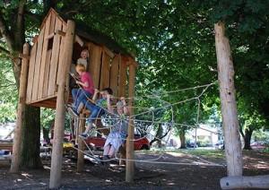 Playground fatto di tronchi di albero e legno riciclato 4