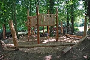 Playground fatto di tronchi di albero e legno riciclato 5