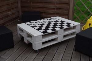 Tavoli per giocare a dama oa scacchi realizzati con pallet