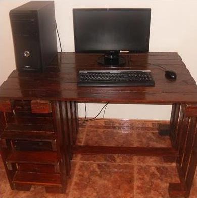 Desktop del computer realizzato con pallet 4
