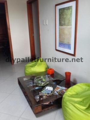 Negli uffici della  Ecoeficiencia Gestión Ambiental , in Ecuador , di conseguenza usano solo mobili in legno di pallet 11