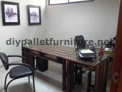 Negli uffici della  Ecoeficiencia Gestión Ambiental , in Ecuador , di conseguenza usano solo mobili in legno di pallet 4