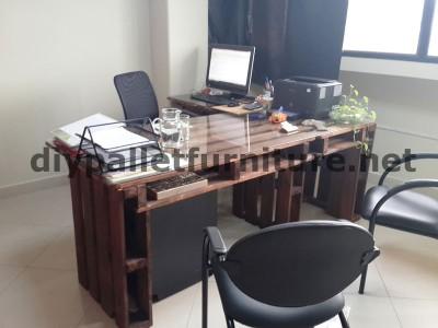 Negli uffici della  Ecoeficiencia Gestión Ambiental , in Ecuador , di conseguenza usano solo mobili in legno di pallet