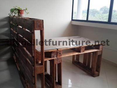 Negli uffici della  Ecoeficiencia Gestión Ambiental , in Ecuador , di conseguenza usano solo mobili in legno di pallet 5