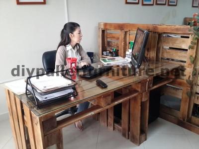 Negli uffici della  Ecoeficiencia Gestión Ambiental , in Ecuador , di conseguenza usano solo mobili in legno di pallet 7