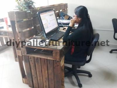 Negli uffici della  Ecoeficiencia Gestión Ambiental , in Ecuador , di conseguenza usano solo mobili in legno di pallet 8