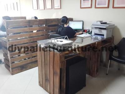 Negli uffici della  Ecoeficiencia Gestión Ambiental , in Ecuador , di conseguenza usano solo mobili in legno di pallet 9
