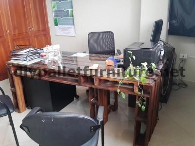 Negli uffici della  Ecoeficiencia Gestión Ambiental , in Ecuador , di conseguenza usano solo mobili in legno di pallet2