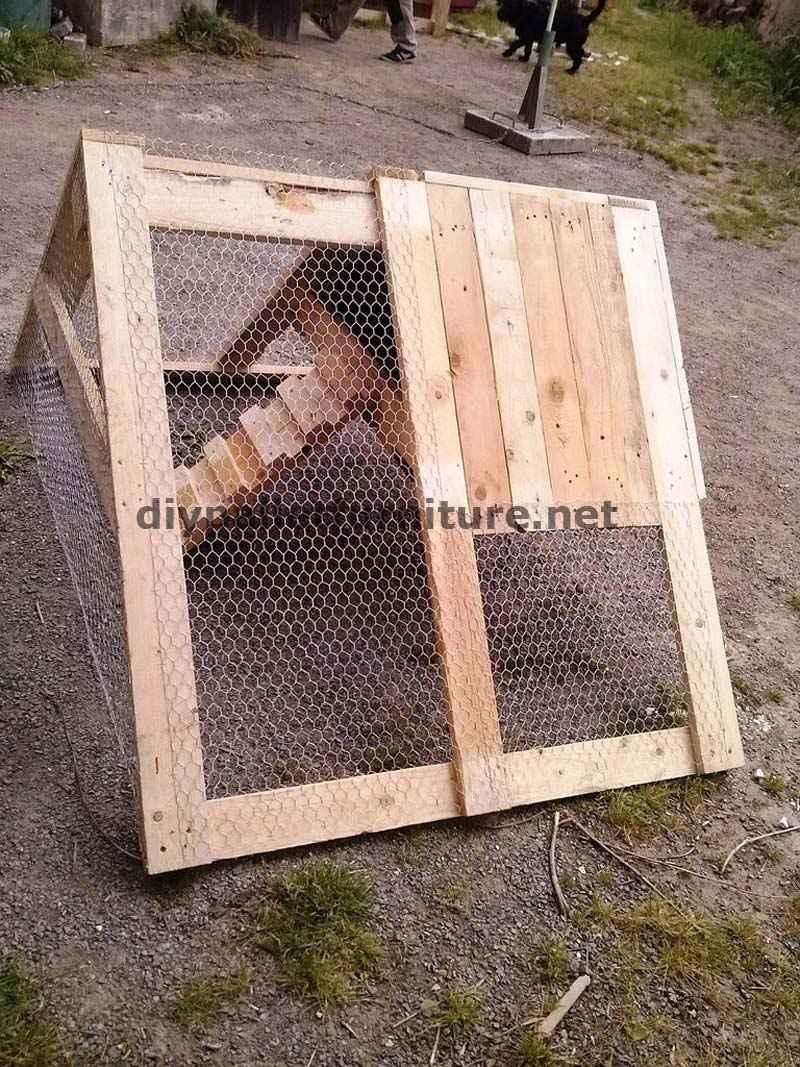 Pollaio costruito con tavole di legno di palletmobili con for Costruire un pollaio con i pallet