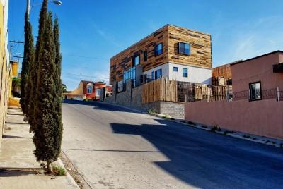 Casa rivestita con tavole di legno di pallet2