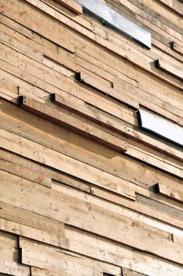 Casa rivestita con tavole di legno di pallet3