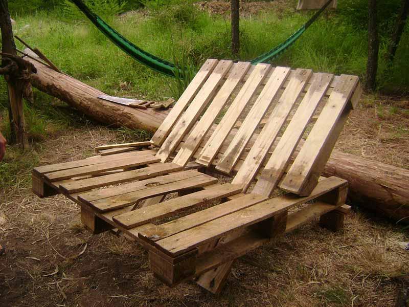 Le istruzioni su come realizzare un divano con 2 pallets - Hacer sillones con palets ...