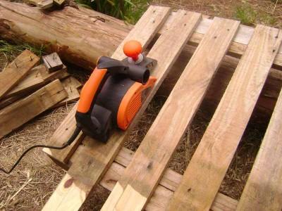 Le istruzioni su come realizzare un divano con 2 pallets loro assemblaggio 20