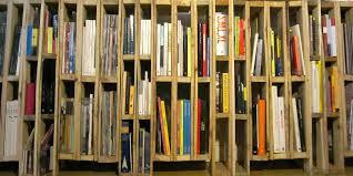 Libreria o portariviste realizzato con pallet verticali 2