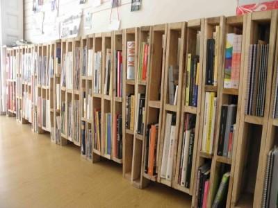 Libreria o portariviste realizzato con pallet verticali