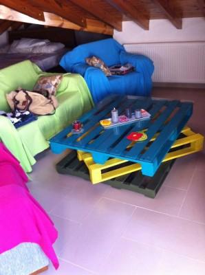 Tavolo Allegro per il soggiorno realizzato con pallet di vari colori 10
