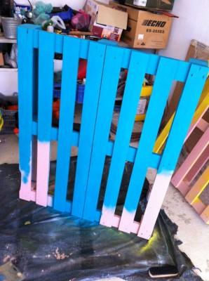 Tavolo Allegro per il soggiorno realizzato con pallet di vari colori 4