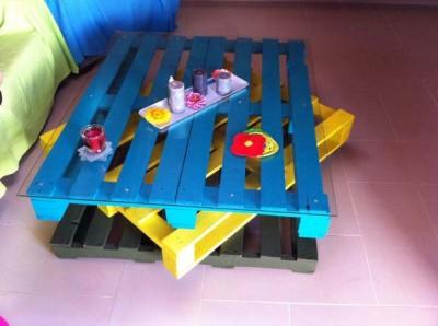 Tavolo Allegro per il soggiorno realizzato con pallet di vari colori