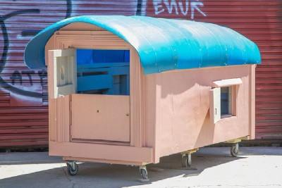 Un artista crea case mobili dai pallet per i senzatetto 2
