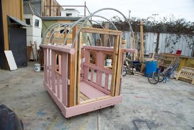 Un artista crea case mobili dai pallet per i senzatetto 8