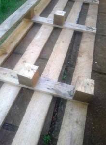 Processo di costruzione di costruire un bel letto con testiera pallet4