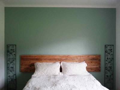 Processo di costruzione di costruire un bel letto con testiera pallet8