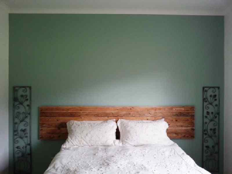 Processo di costruzione di costruire un bel letto con for Testiera letto pallet