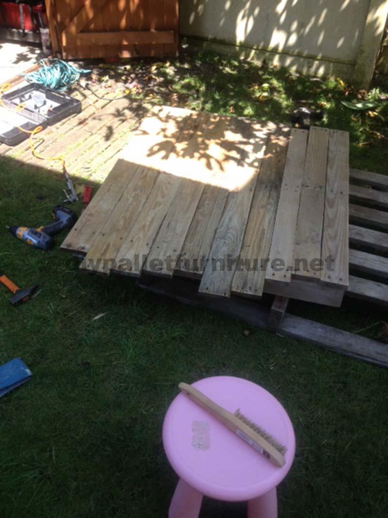 Una volta messo le assi di legno è il momento di sabbia e applicare ...