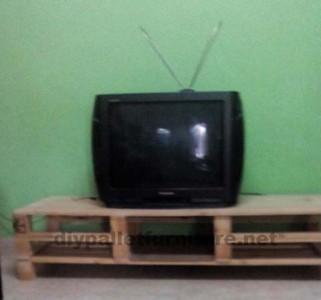 Mobile TV realizzato con tracce di pallet