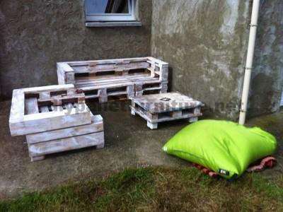 Pallet set di mobili con divani e un tavolino da caffè