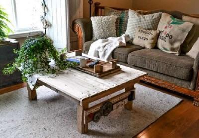 Un tavolo fatto da pallet con un design rurale, passo dopo passo