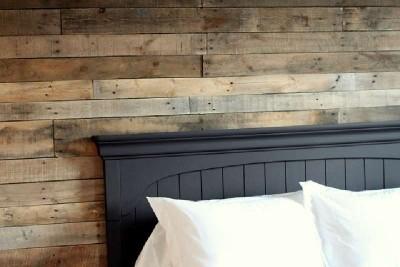 Camera da letto rivestito con tavole pallet4