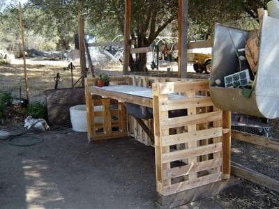 Come costruire un angolo di lavoro per il vostro giardino con pallet2